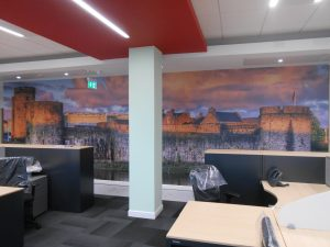 pared oficina alegre